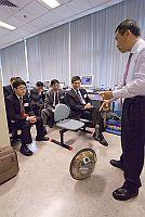 工程院代表參觀現代機器人實驗室,協理副校長徐揚生教授(右)在場講解