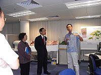 中大環境科學課程主任余濟美(中)陪同錢易院士(左)參觀圓玄衛星遙感研究中心