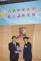 在「院士講座系列」上,中大副校長楊綱凱教授(右)向中國工程院常務副院長潘雲鶴院士致送紀念品