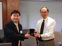 香港中文大學副校長黃乃正教授(右)向京港學術交流中心科學與技術部主管匡增意先生(左)致送紀念品