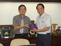 香港中文大學中醫學院院長車鎮濤教授(左)向福建中醫學院黨委書記羅螢教授(右)致送紀念品