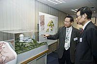 孫九林院士參觀衛星遙感地面接收站,太空與地球信息科學研究所所長林暉教授(左)在場介紹