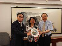 副校長鄭振耀教授(右)向雲南省副廳長陶晴教授(中)致送紀念品