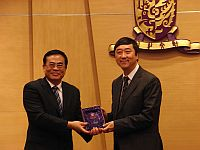 Prof. Chen Siping (left), Vice Chairman of the Shenzhen People's Congress of PRC receives a souvenir from Prof. Joseph Sung (right), Vice-Chancellor of CUHK