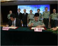 中大沈祖堯校長(左)與上海第二軍醫大學劉振全校長(右)簽定學術交流協議。