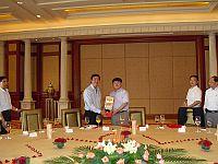 中科院江綿恒副院長(右)致送紀念品於中大校長沈祖堯教授(左)。