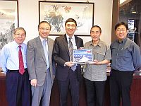Prof. Joseph Sung (middle), Vice-Chancellor of CUHK receives a souvenir from Prof. Wang Jian (2nd from right), Director of Beijing Genomics Institute, Shenzhen.