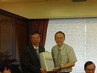 中大協理副校長馮通教授(左)接受台灣中央大學教務長李光華教授(右) 送紀念品。