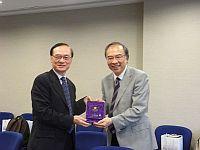 中大副校長鄭振耀教授(右)向台灣中央大學副校長李誠教授(左)致送紀念品。