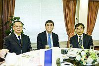 左起: 國家自然科學基金委員會副主任沈岩院士(左)、中大校長沈祖堯教授(中)、中國醫學科學院基礎醫學研究所張學教授(右)。