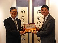 Prof. Joseph Sung (right), VC of CUHK presents a souvenir to Prof. Pan Yunhe (left), Executive Vice-President of Chinese Academy of Engineering