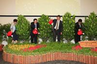 主禮嘉賓為樹木澆水,以誌對環保的全力支持。左起:香港特別行政區政府環境局署理環境局局長潘潔博士、陳駿教授、沈祖堯教授及蔣偉寧教授