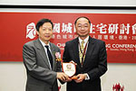 Prof. Henry Wong (right), Pro-Vice-Chancellor of CUHK presents a souvenir to Prof. Chou Baoxing (left), Director of the Science and Technology Committee of the of the Ministry of Housing and Urban-Rural Development.