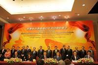 中大校長沈祖堯教授(前排左三)與華大董事楊煥明院士(前排右三)簽署臨床基因檢測合作協議