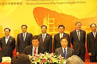 中大校長沈祖堯教授(前排左)與華大董事楊煥明院士(前排右)在國務院副總理李克強(後排左二)先生見證下簽署臨床基因檢測合作協議