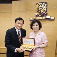 中大署理校長華雲生教授(左)向國家科學技術部陳小婭副部長(右)致送紀念品