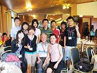中大生物系曾浩樑(後排左一)及部份營友,與吳大猷基金會董事長吳成文院士伉儷(前排右一、二)合照