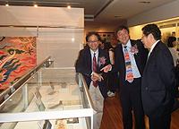 (左起)鄧聰教授、沈祖堯校長和王巍教授一起參觀展品