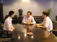 王寬院士訪問化學系,與鄭波教授(左一)及魏濤教授(左三)會晤
