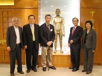 三位院士訪問中醫中藥研究所,與所長梁秉中教授(左一)會晤