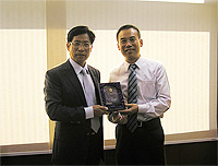 Mr. Luo Chongmin (left), Director of Yunnan Provincial Education Department receives a souvenir from Prof. Xu Yangsheng (right), Pro-Vice-Chancellor of CUHK