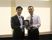 中大副校長徐揚生教授(右)向雲南省教育廳廳長羅崇敏先生(左)致送紀念品