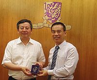 Prof. Xu Yangsheng (right), Pro-Vice-Chancellor of CUHK presents a souvenir to Mr. Long Jiang (left), Director of Yunnan Provincial Science and Technology Department