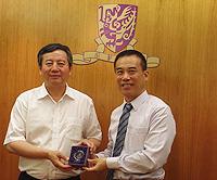 中大副校長徐揚生教授(右)向雲南省科技廳廳長龍江先生(左)致送紀念品