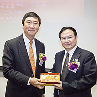 Director Fu Xiao Feng (right), Director of Major Research Program Division, Ministry of Science and Technology receives a souvenir from Prof. Joseph Sung (left), Vice-Chancellor of CUHK