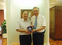 中大副校長鄭振耀教授(右)向廣東省衛生廳副廳長耿慶山博士(左)致送紀念品