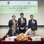 (Rear from left) Prof. Fu Xiaofeng, Prof. Joseph J.Y. Sung and Mr. Zhang Xing Geng witness the signing of collaborative agreement by Prof. Chan Wai-yee (front left) and Prof. Xing Xuerong (front right).