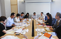 The delegation from Shenzhen meets with CUHK representatives to learn about the management structure of CUHK