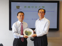 Sun Fujin (right), Assistant Director of Shenzhen City Organization Committee Office receives a souvenir from Prof. Xu Yangsheng (left), Pro-Vice-Chancellor of CUHK