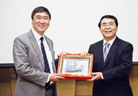 Delegation from Chinese Academy of Sciences (CAS): Prof. Joseph Sung (left), Vice-Chancellor of CUHK presents a souvenir to Prof. Bai Chunli (right), President of Chinese Academy of Sciences (CAS)