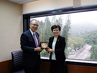 Delegation from Shanghai Normal University: Prof. Jack Cheng (left), Pro-Vice-Chancellor of CUHK presents a souvenir to Prof. Ke Qingfei (right), Vice-President of Shanghai Normal University