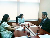 中大副校長張妙清教授(中)與中國社會科學院國際合作局局長王鐳博士(右)會晤
