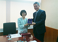 Prof. Fanny Cheung (left), Pro-Vice-Chancellor of CUHK presents a souvenir to Dr. Wang Lei (right), Director of Bureau of International Cooperation, Chinese Academy of Social Sciences