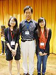吳大猷科學營: 中大心理學系同學呂穎芯(右)和岑樂知(左)與台灣天文學家孫維新教授合照