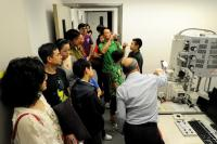Medical alumni tour the core laboratories at the Lo Kwee-Seong Integrated Biomedical Sciences Building