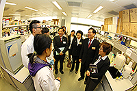 Mr. Jiang (2nd from right) visits the School of Biomedical Sciences