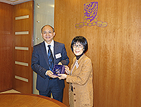 Prof. Fanny Cheung (right), PVC of CUHK presents a souvenir to Prof. Zhang Yaping (left), Vice President of CAS