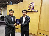 中國聯繫講座2014:常務副校長華雲生教授(左)向深圳市科技創新委員會副巡視員石群貞先生(右)致送紀念品