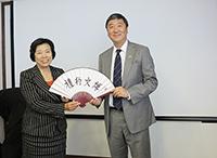 中大校長沈祖堯教授(右)向北京師範大學黨委書記劉川生教授(左)致送紀念品