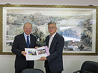 Prof. Michael Hui (left), Pro-Vice-Chancellor of CUHK and Mr. Zhang Jianming (right), Executive Vice Chairman of the University Council of Renmin University