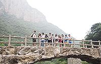 支教团一行十二人跟随申国村村长到云台山一日游(照片由罗珮镟同学提供)