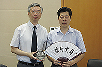 Prof. Fung Tung, Associate-Vice-President, exchanged souvenirs with Prof. Sun Zhidong, Assistant to President of Nanjing University